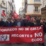 el-diputado-provincial-de-iu-junto-a-los-trabajadores-de-correos-en-la-protesta