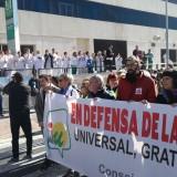 la-pancarta-de-iu-saluda-a-los-trabajadores-del-puerta-del-mar-en-su-paso-por-el-hospital